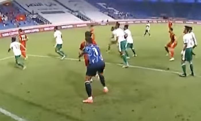 Kiper Indonesia bantu Cong Phuong mencetak gol