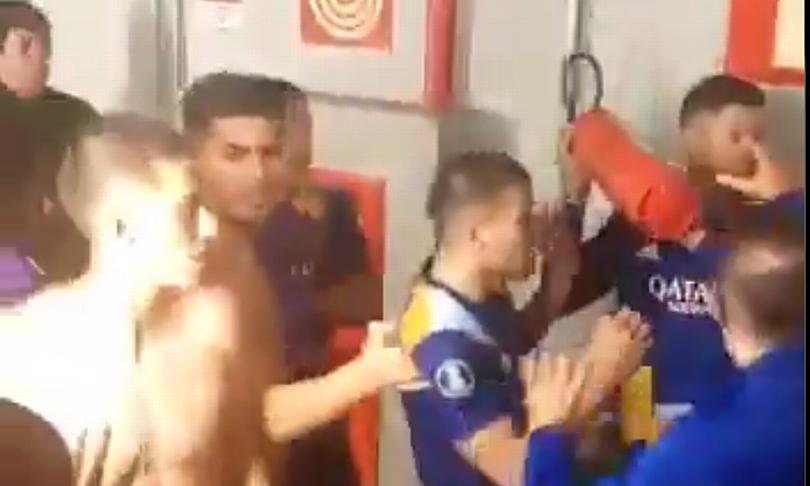 Mantan bek Man Utd memeluk alat pemadam api untuk mengancam lawan