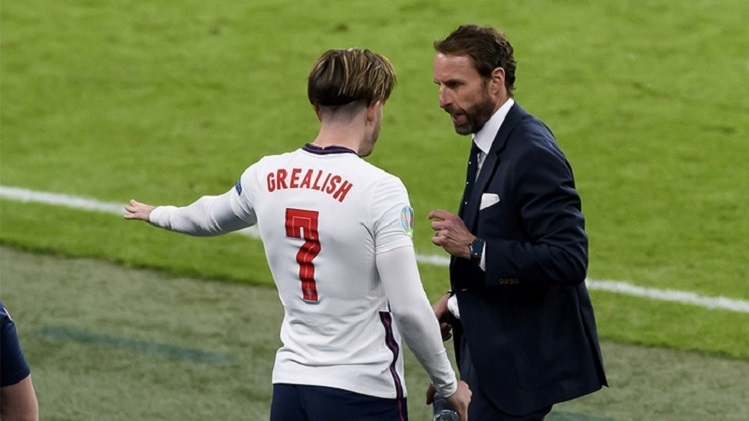 Neville mendukung pergantian 'kejam' Southgate