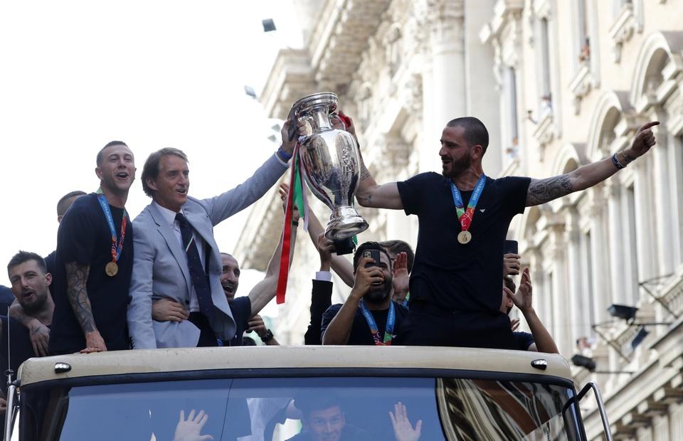 Italia merayakan Piala di tengah lautan manusia