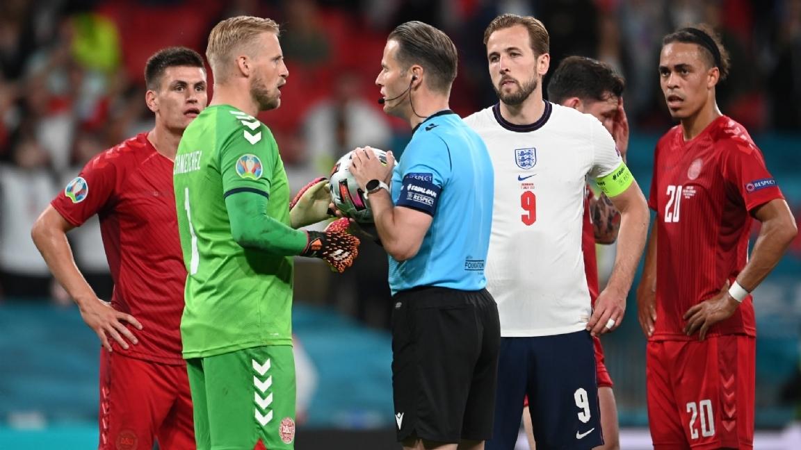 Wasit memberi Inggris penalti yang kontroversial
