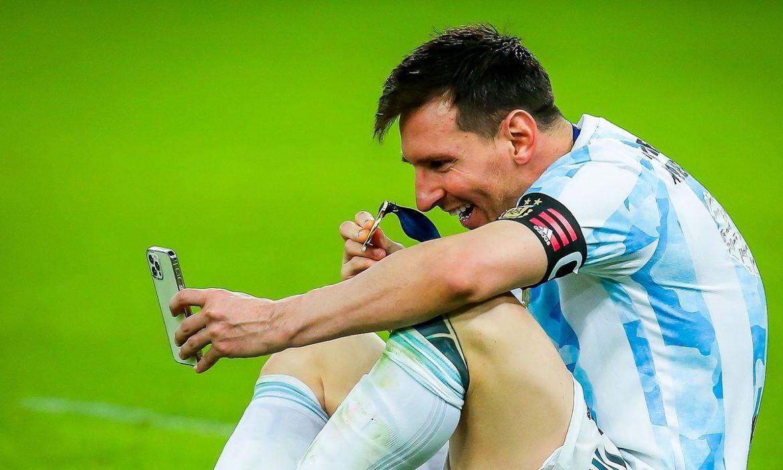 Messi menunjukkan medali emas Copa America kepada istrinya