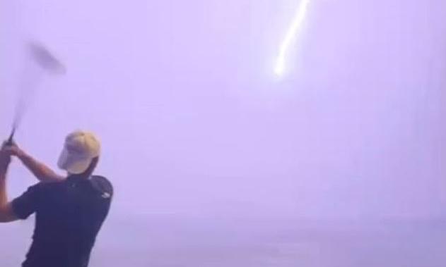 'Thunder God' juga bermain golf