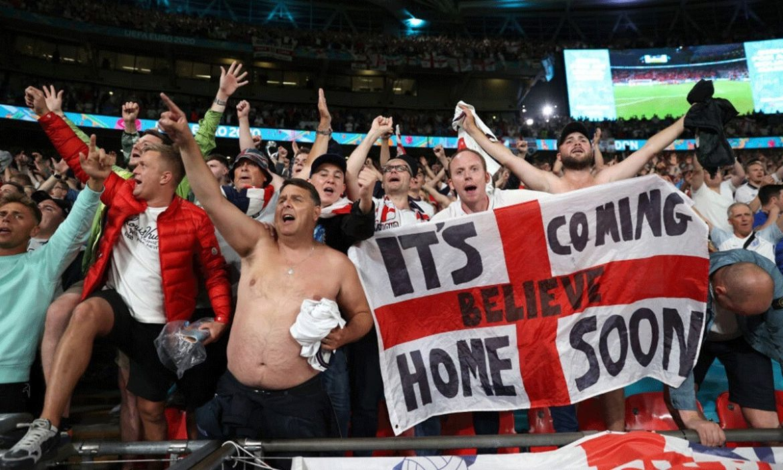 Penggemar Inggris bersemangat menonton sepak bola di tengah Covid-19