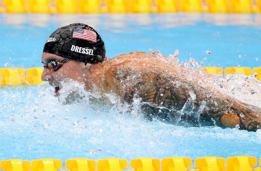 Perenang Amerika memecahkan rekor dunia untuk renang kupu-kupu 100m