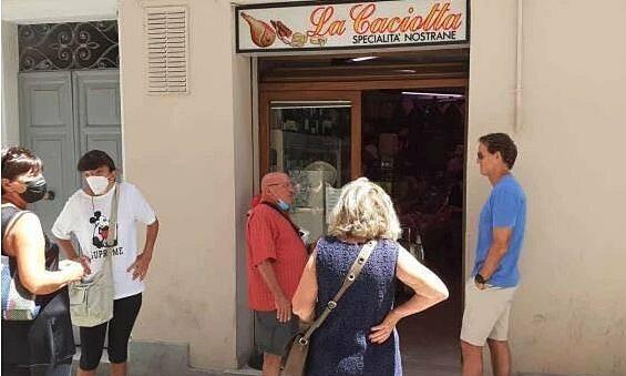 Mancini mengantri untuk membeli roti