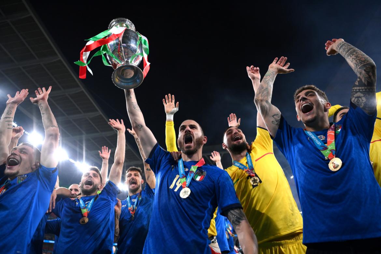Italia mengangkat Piala di Wembley