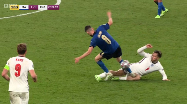 Jorginho diduga berpura-pura sakit untuk menghindari kartu merah