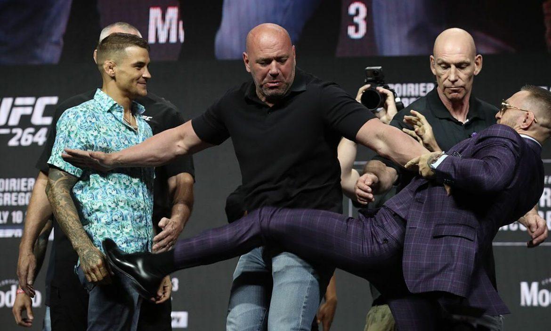 McGregor menendang Poirier dalam pertemuan itu