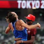 Dua atlet menerima medali emas dalam lompat tinggi