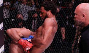 Petarung MMA ingin menghentikan pertarungan karena lawan akan pingsan