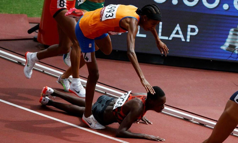 Atlet yang tersandung dan masih finish pertama dalam lomba 1500m