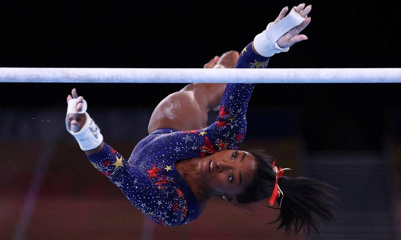 Simone Biles menjatuhkan pertahanan medali emas keempat