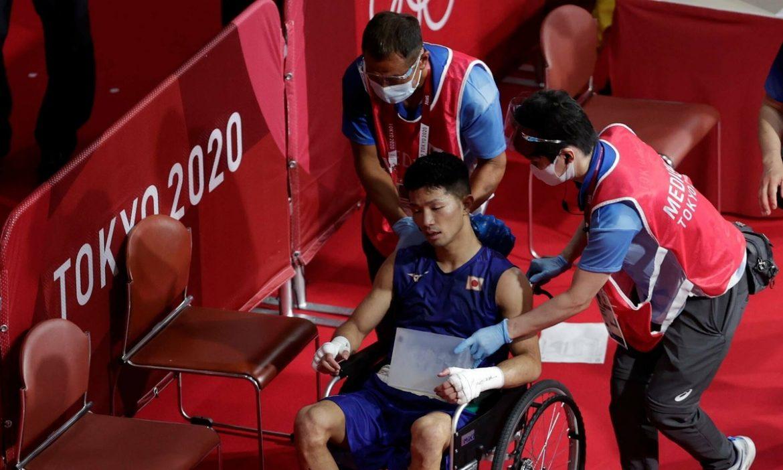 Petinju Jepang menang, meski meninggalkan lantai dengan kursi roda
