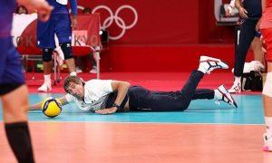 Pelatih terbang menyelamatkan bola di Olimpiade